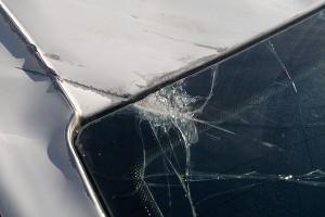 Повреждение лобового стекла автомобиля